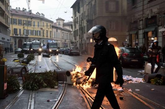 Mediolan, Włochy - Starcia z policją przeciwników Expo