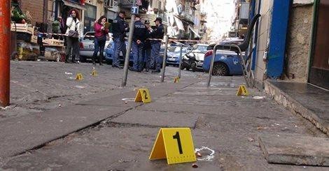 Neapol, Włochy - Zastrzelił 4 osoby i ranił 5, mężczyzna zaczął strzelać z balkonu 2