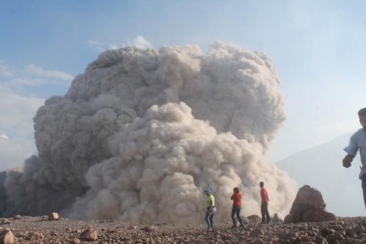 Preocupados, así se encuentran los pobladores de la comunidades aledañas a al volcán Telica en León ya que aseguran que nunca habían escuchado explosiones tan grandes como las registradas en los últimos días.Fotos Eddy Lopez