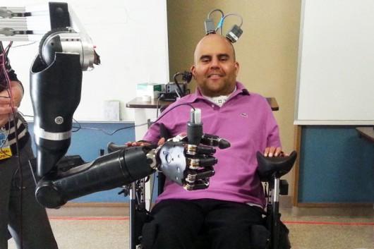 Poprzez elektrody umieszczone w mózgu steruje sztucznym ramieniem
