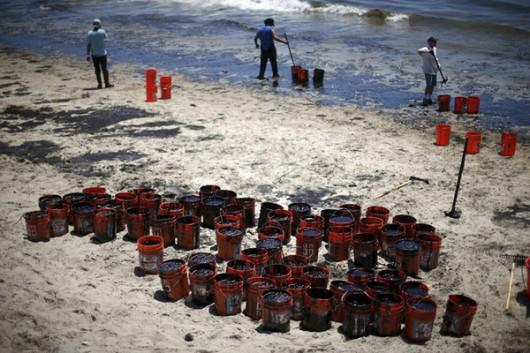 Santa Barbara, USA - Z uszkodzonego ropociągu wyciekło około 400 tysięcy litrów ropy 2