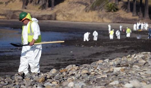 Santa Barbara, USA - Z uszkodzonego ropociągu wyciekło około 400 tysięcy litrów ropy 4