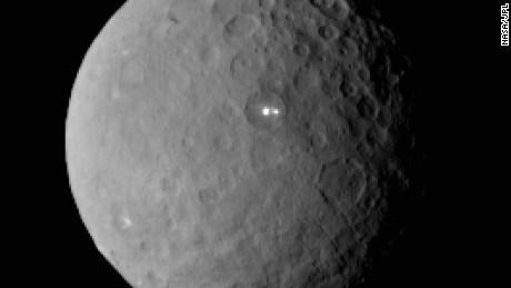 Sonda Dawn zbliża się do planety karłowatej Ceres, naukowców zastanawiają jasne plamy w kraterze o średnicy 100 km 2