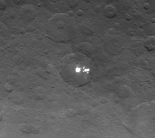 Sonda Dawn zbliża się do planety karłowatej Ceres, naukowców zastanawiają jasne plamy w kraterze o średnicy 100 km