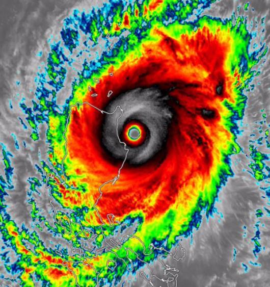 Tajfun Noul dotarł do Filipin, wiatr wieje w porywach do 257 kmh 1
