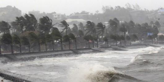 Tajfun Noul dotarł do Filipin, wiatr wieje w porywach do 257 kmh 2