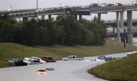 Teksas, USA - Z powodu ekstremalnie złych warunków atmosferycznych w 24 hrabstwach wprowadzono stan wyjątkowy 5