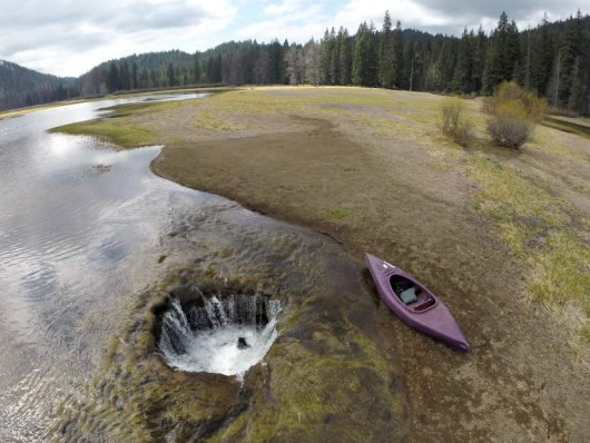 USA - Cyklicznie, każdej zimy woda z jeziora Lost Lake wlewa się do dużej dziury 2