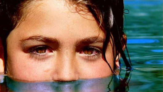 Czerwone oczy w basenie