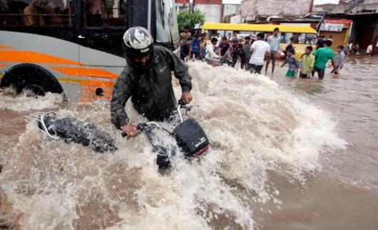Gudźarat, Indie - Deszcze monsunowe wywołały powodzie 10