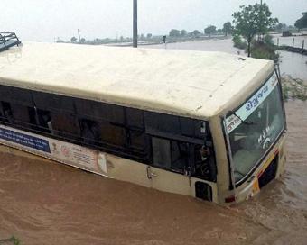 Gudźarat, Indie - Deszcze monsunowe wywołały powodzie 9