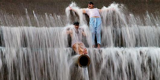 Karaczi, Pakistan - Temperatura w cieniu osiągnęła 45 stopni Celsjusza