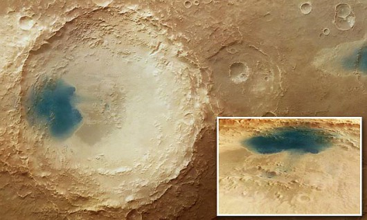 Mars - Ciemny osad przypomina jeziora 2