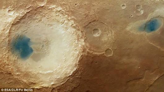 Mars - Ciemny osad przypomina jeziora 3