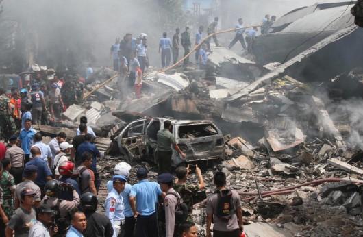 Medan, Indonezja - Wojskowy samolot transportowy uderzył w dach hotelu i eksplodował 2