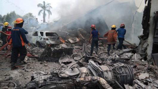 Medan, Indonezja - Wojskowy samolot transportowy uderzył w dach hotelu i eksplodował 3