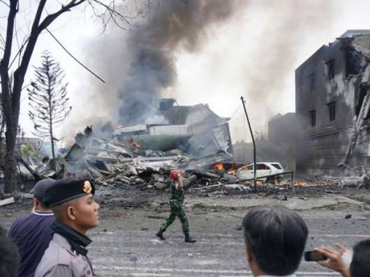 Medan, Indonezja - Wojskowy samolot transportowy uderzył w dach hotelu i eksplodował 4