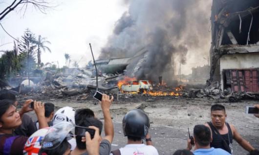 Medan, Indonezja - Wojskowy samolot transportowy uderzył w dach hotelu i eksplodował