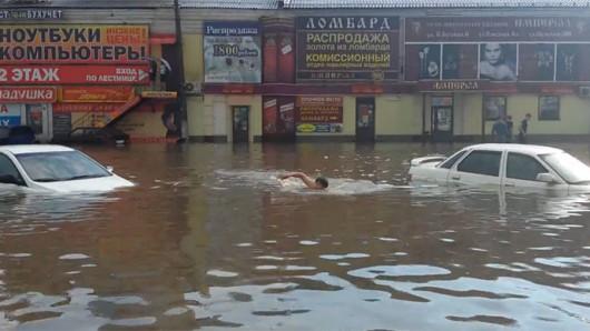 Moskwa, Rosja - Pobity został rekord opadów sprzed 82 lat