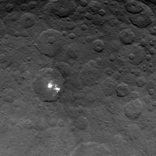 Najdokładniejsze jak dotąd zdjęcie jasnych plam na powierzchni Ceres /NASA/JPL-Caltech/UCLA/MPS/DLR/IDA /