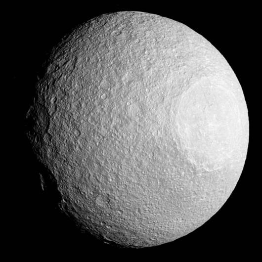 Olbrzymi krater na powierzchni księżyca Saturna