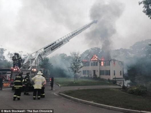 Plainville, USA - Mały samolot uderzył w dwupiętrowy budynek 1