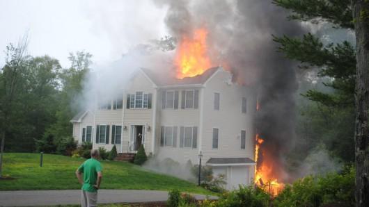 Plainville, USA - Mały samolot uderzył w dwupiętrowy budynek 3