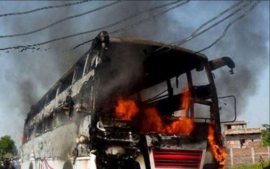 Radżastan, Indie - Linie energetyczne spadły na autobus wiozący weselników, 17 osób zginęło