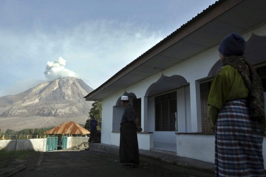 epa04782239 Indonesian residents look at Mount Sinabung as it is seen spewing volcanic materials from Tiga Serangkai village, in Karo, North Sumatra province, Indonesia, 04 June 2015. More than 6,000 residents living near Mount Sinabung volcano on Indonesia's Sumatra Island were told to evacuate following a sharp increase in volcanic activity. Mount Sinabung has erupted intermittently since late 2013. Sixteen people were killed and tens of thousands were temporarily displaced during an intense period of eruptions early last year. The alert for Sinabung has been raised to the highest level, said Sutopo Purwo Nugroho, a spokesman for the National Disaster Management Agency. The lava dome at Sinabung has grown in volume to more than three million cubic meters, making it unstable, Sutopo said.  EPA/DEDI SAHPUTRA  Dostawca: PAP/EPA.