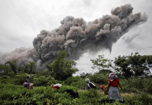 Sumatra, Indonezja - Popiół z wulkanu Sinabung dotarł do miast oddalonych o 50 kilometrów 10