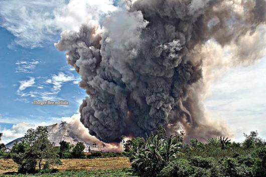 Sumatra, Indonezja - Popiół z wulkanu Sinabung dotarł do miast oddalonych o 50 kilometrów 13