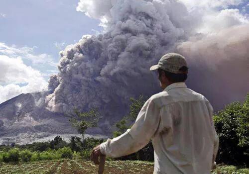 Sumatra, Indonezja - Popiół z wulkanu Sinabung dotarł do miast oddalonych o 50 kilometrów 14
