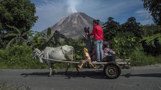 Sumatra, Indonezja - Popiół z wulkanu Sinabung dotarł do miast oddalonych o 50 kilometrów 15