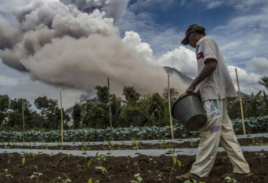Sumatra, Indonezja - Popiół z wulkanu Sinabung dotarł do miast oddalonych o 50 kilometrów 16