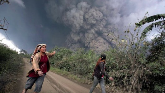 Sumatra, Indonezja - Popiół z wulkanu Sinabung dotarł do miast oddalonych o 50 kilometrów 17