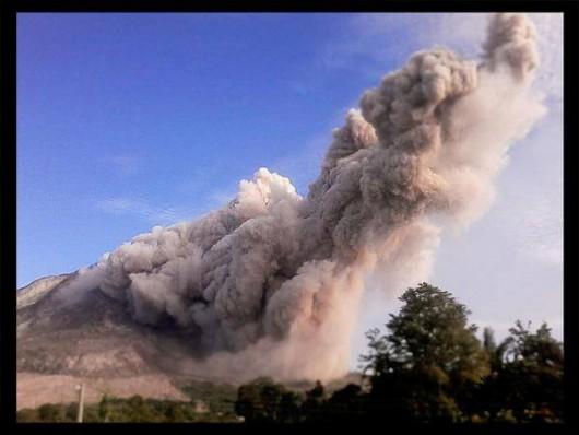 Sumatra, Indonezja - Popiół z wulkanu Sinabung dotarł do miast oddalonych o 50 kilometrów 18