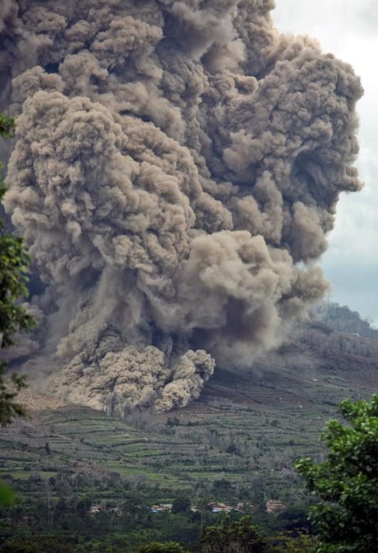 Sumatra, Indonezja - Popiół z wulkanu Sinabung dotarł do miast oddalonych o 50 kilometrów 20