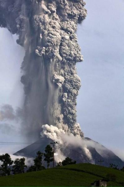 Sumatra, Indonezja - Popiół z wulkanu Sinabung dotarł do miast oddalonych o 50 kilometrów 22