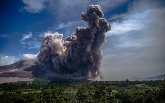 Sumatra, Indonezja - Popiół z wulkanu Sinabung dotarł do miast oddalonych o 50 kilometrów 23