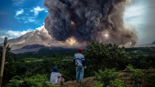Sumatra, Indonezja - Popiół z wulkanu Sinabung dotarł do miast oddalonych o 50 kilometrów 25