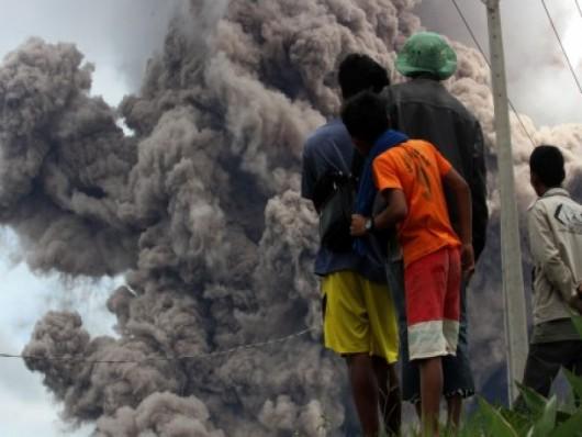 Sumatra, Indonezja - Popiół z wulkanu Sinabung dotarł do miast oddalonych o 50 kilometrów 27