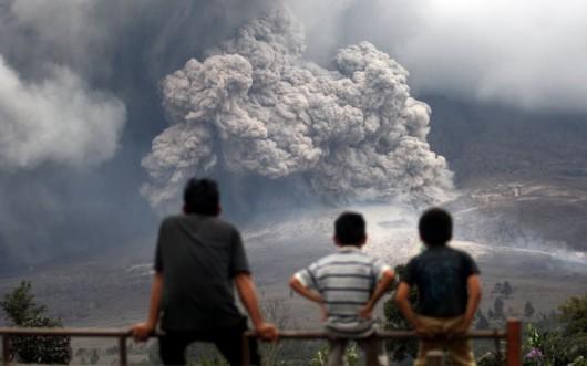 Sumatra, Indonezja - Popiół z wulkanu Sinabung dotarł do miast oddalonych o 50 kilometrów 3