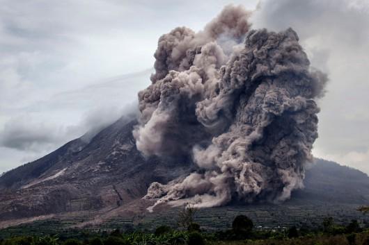 Sumatra, Indonezja - Popiół z wulkanu Sinabung dotarł do miast oddalonych o 50 kilometrów 5