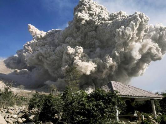 Sumatra, Indonezja - Popiół z wulkanu Sinabung dotarł do miast oddalonych o 50 kilometrów 7