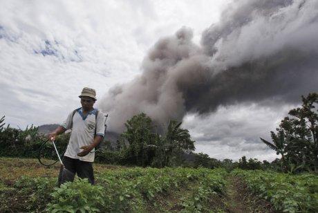 Sumatra, Indonezja - Popiół z wulkanu Sinabung dotarł do miast oddalonych o 50 kilometrów 8