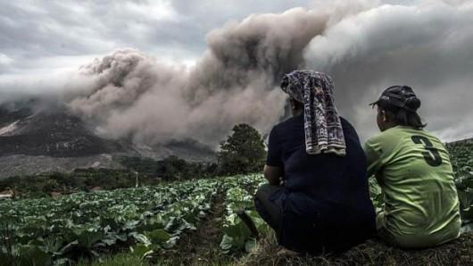Sumatra, Indonezja - Popiół z wulkanu Sinabung dotarł do miast oddalonych o 50 kilometrów 9