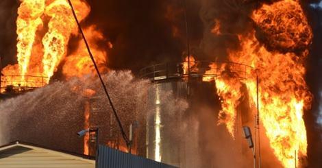 Wasylków, Ukraina - Eksplozja i ogromny pożar zbiorników z paliwem w bazie naftowej 5