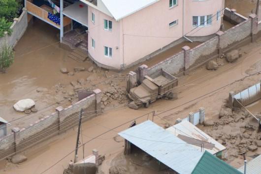 Ałmaty, Kazachstan - Upały podtopiły lodowiec, duża ilość wody spowodowała ogromne osuwisko ziemi -10