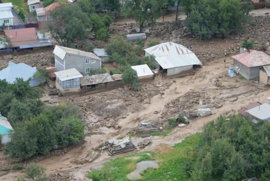 Ałmaty, Kazachstan - Upały podtopiły lodowiec, duża ilość wody spowodowała ogromne osuwisko ziemi -14