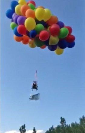 Calgary, Kanada - Przywiązał do krzesła ogrodowego 100 balonów z helem, ubrał spadochron i poleciał